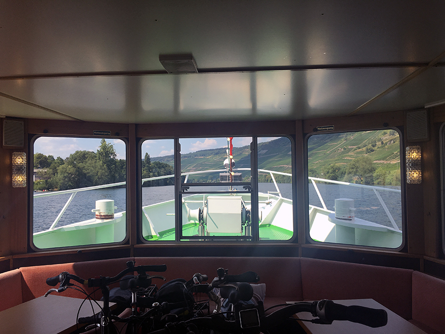 Ein Stück unserer Route lassen wir uns auf einem Schiff auf der Mosel mitnehmen.