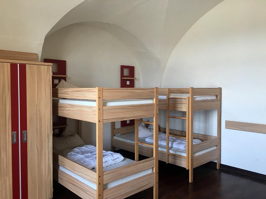 Unser Zimmer (in einem Gewölbe!) ist sehr geräumig und modern eingerichtet.