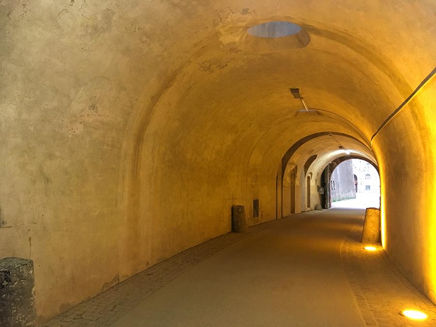 Ein Tunnel führt mitten durch eins der Gebäude, damit man nicht außenherum gehen muss. Praktisch.
