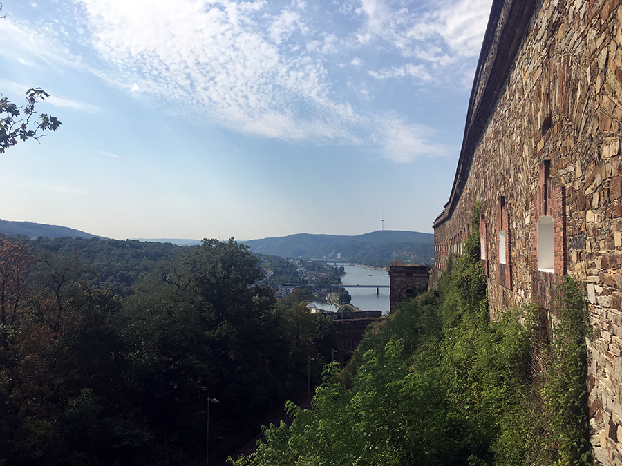 Blick hinunter vom Plateau am oberen Ende des Schrägaufzugs vor der Festung Ehrenbreitstein.