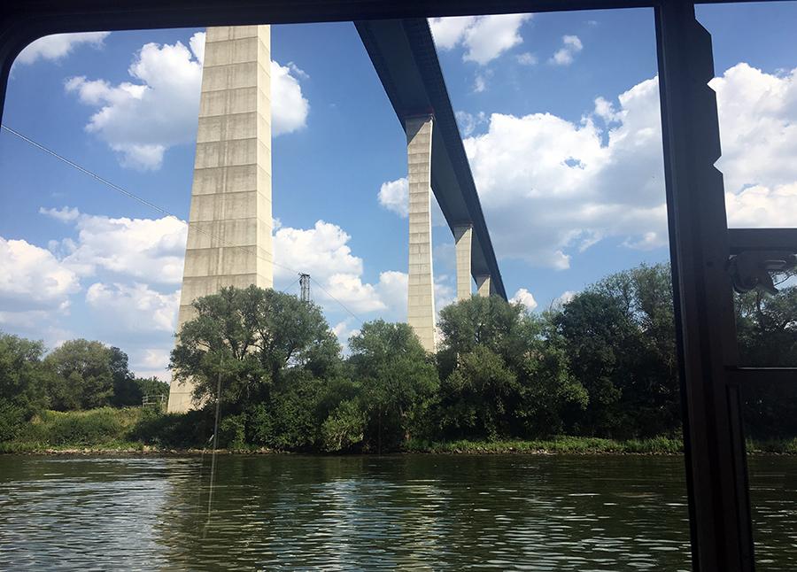 Wow! Was die hier für riesige Brücken in die Landschaft setzen! Und wer fährt da oben drüber, bitteschön?