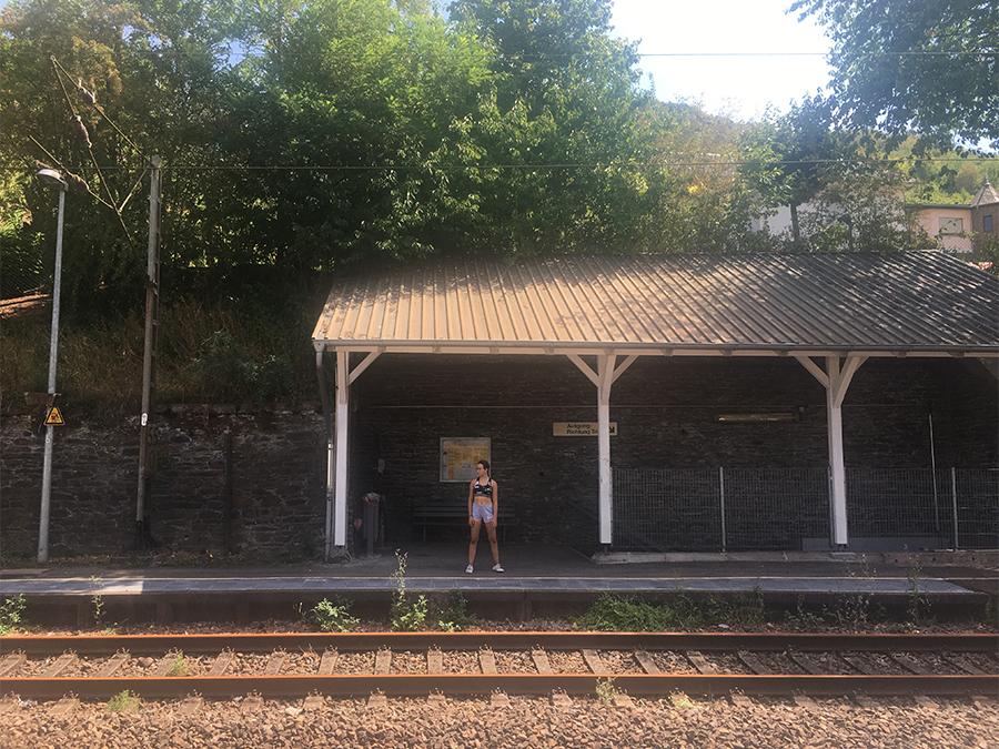 Ein kleiner Bahnhof in Deutschland. Hier ist wirklich nichts los außer flirrender Hitze an diesem heißen Sommertag.