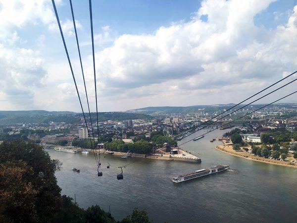 Blick aus der Seilbahn von Koblenz auf das Deutsche Eck.