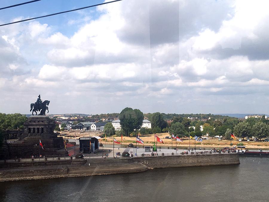Einen prima Blick auf den Kaiser Wilhelm auf seinem Pferd hat man hier aus der Gondel.