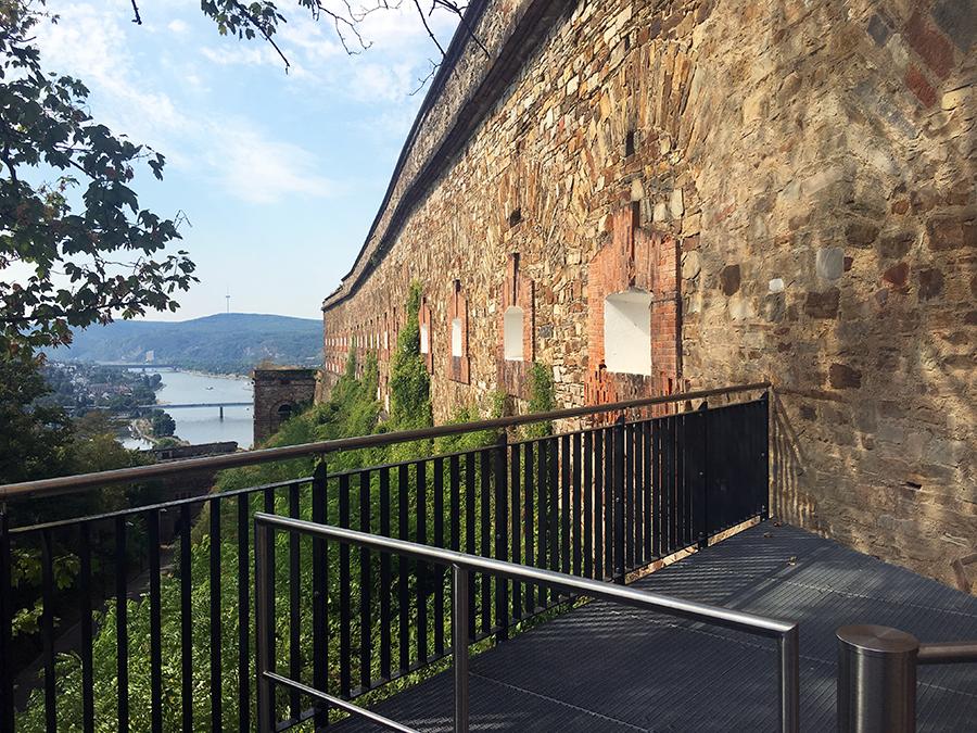 Auf einem kleinen Plateau stehen wir hoch oben über Koblenz - genau vor den Mauern der Festung.
