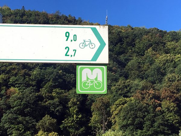 Der Moselradweg - wenn man das grüne Schild mit dem 'M' sieht, ist man richtig!