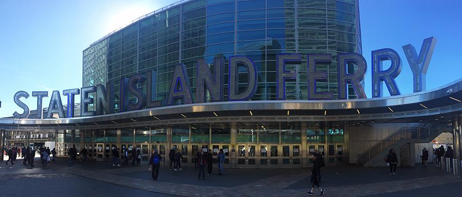 Das New York Staten Island Ferry Terminal im Panorama.