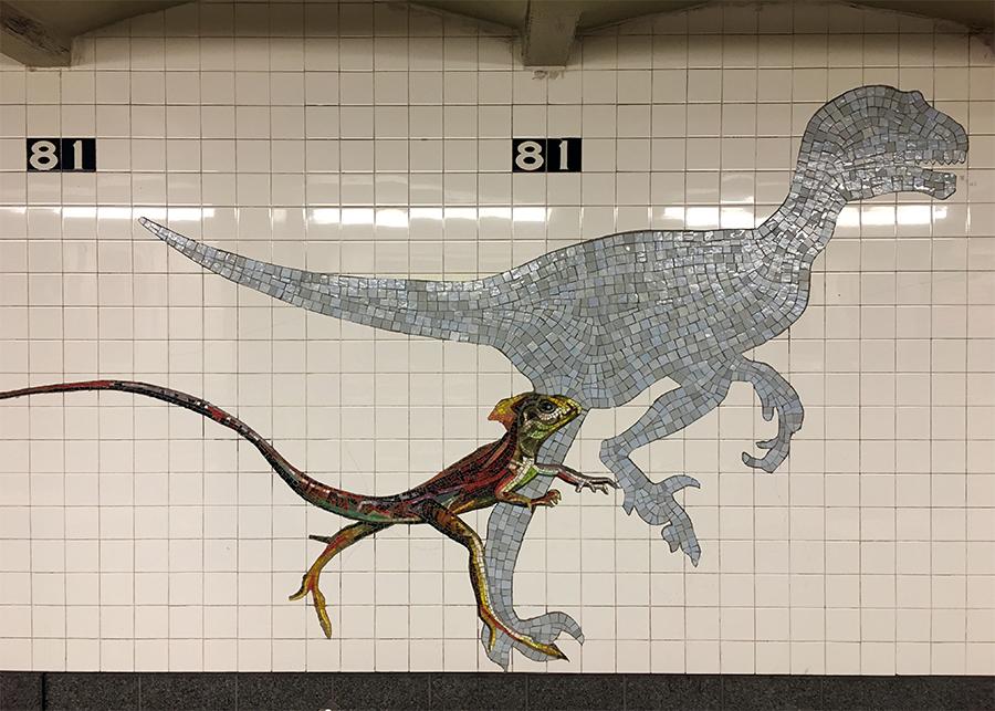 Lebende Tierformen bunt und detailreich, ausgestorbene schematisch und aus gröberem Mosaik - hier weiß man direkt, wo man ausgestiegen ist: Am 'Natural History Museum'.