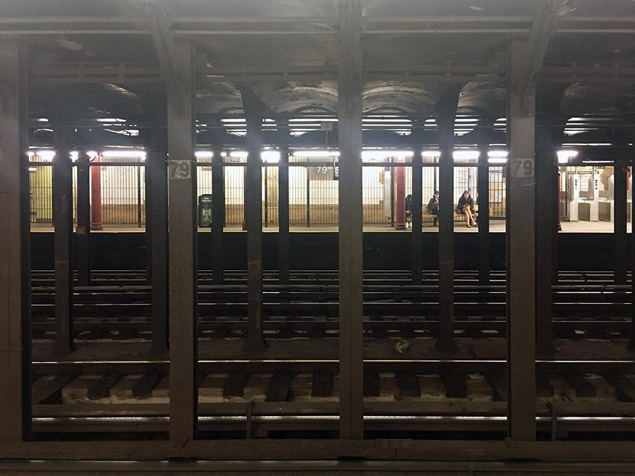 Ein Blick zum gegenüberliegenden Bahnsteig: In der Mitte fahren die Express-Züge einfach durch.