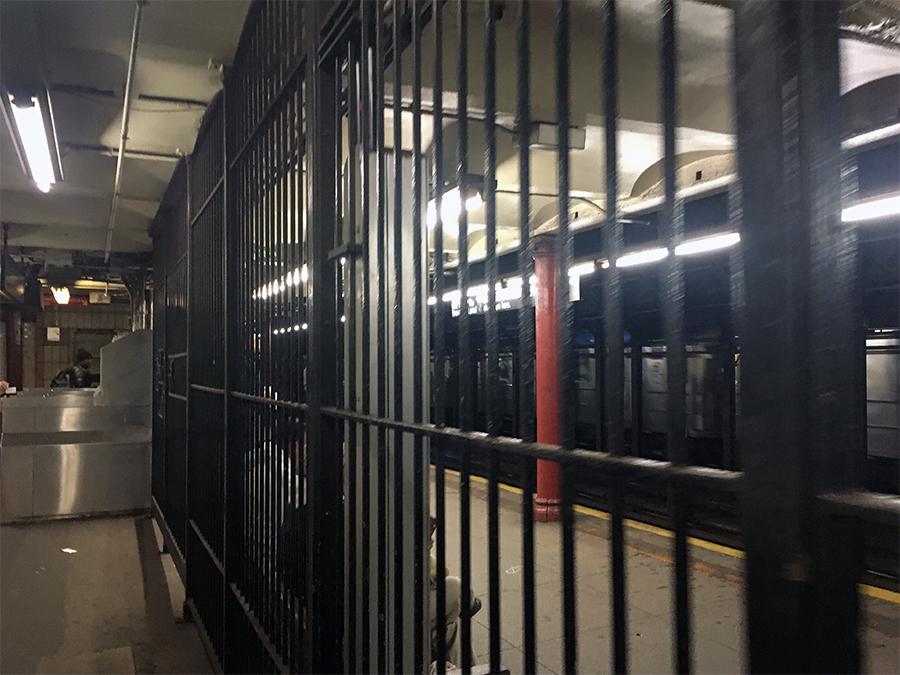 Eisengitter trennen den Vorraum der Subway-Station vom Bahnsteig.