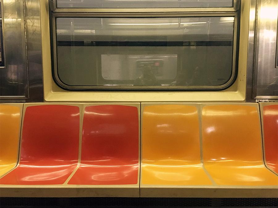 Unnötiges Chichi? Fehlanzeige. - Die Innenansicht eines Waggons der New Yorker Subway.
