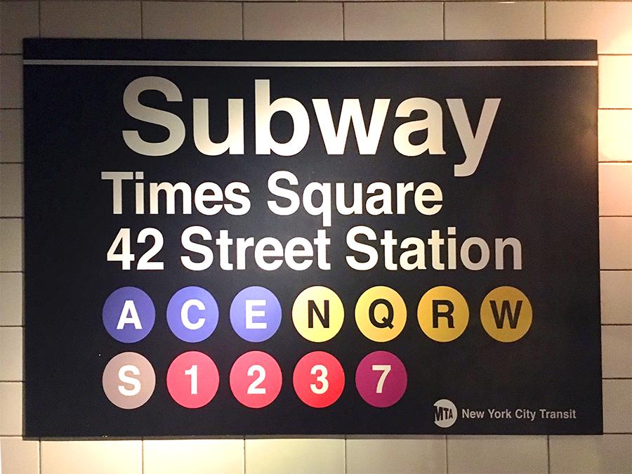 Subway-Schild der MTA, der 'Metropolitan Transportation Authority', New Yorks Verwaltung für öffentliche Verkehrsmittel.