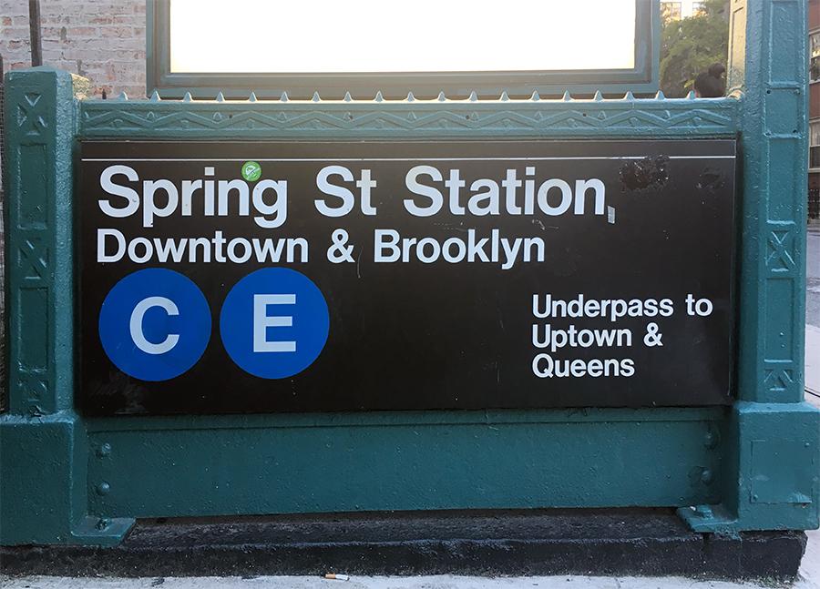 Dieser Eingang zur Subway führt zu Zügen Richtung 'Downtown' & Brooklyn.