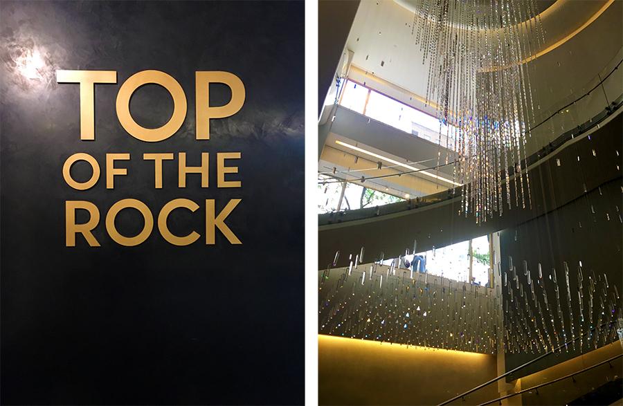 Das Emblem des 'Top of the Rock' an der Wand im Foyer, und daneben ein Kunstwerk von einem Kronleuchter, der sogar einen Namen hat: 'Joie', und 10m hoch ist.