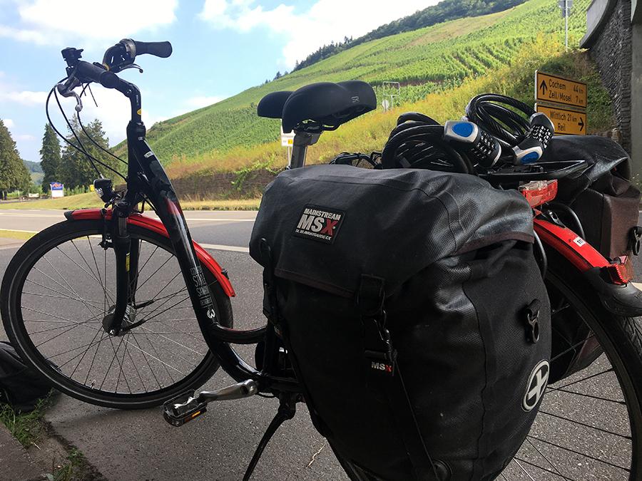 Gepäcktaschen links und rechts an meinem Fahrrad - hier ist unser gesamtes Hab und Gut drin!