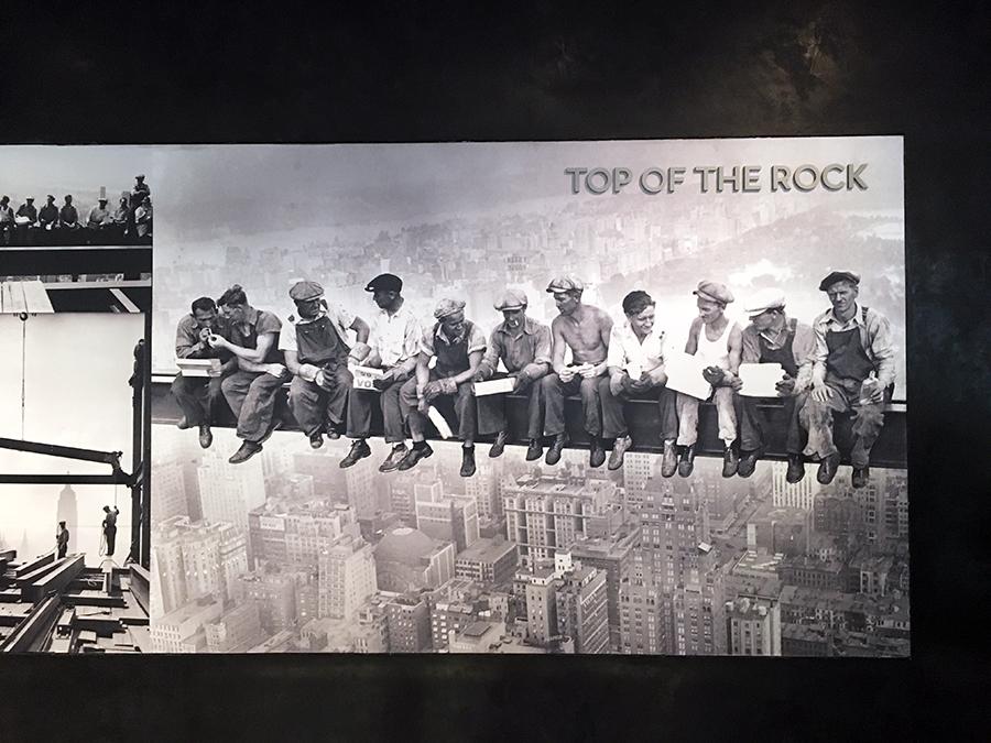 Hier gehört dieses Bild hin: 'Lunch atop a Skyscraper' - Mittagspause auf einem Wolkenkratzer.