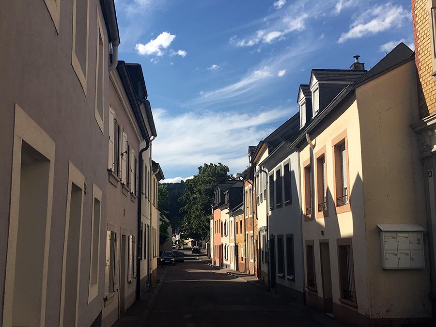 Beschauliche, kleine Gässchen in Trier Richtung Moselufer.