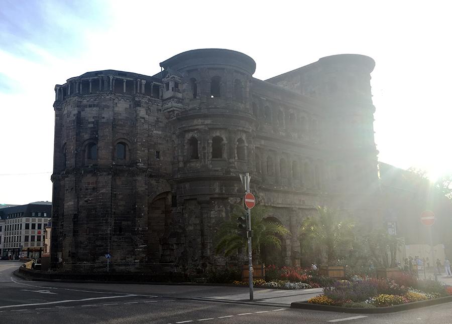 Die Porta Nigra im Gegenlicht.