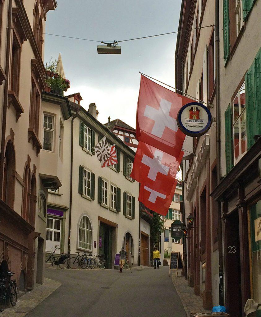 Für den Fall, dass wir vergessen, wo wir sind, hängen zum Glück überall Schweizer Flaggen!