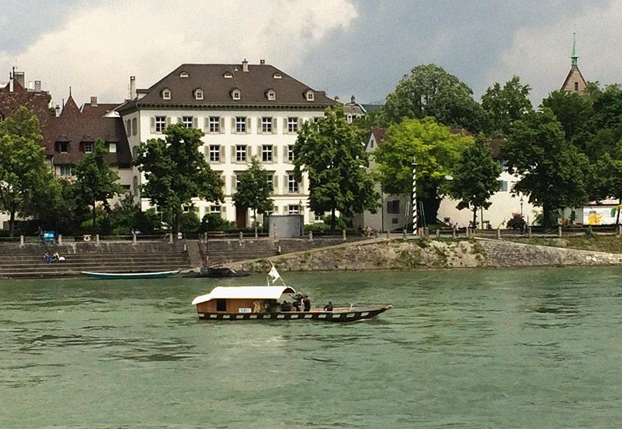 Mit der Münster-Fähre 'Leu' geht es in Basel über den Rhein.