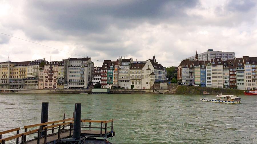 """... Blick geradeaus auf das """"Großbasler Ufer""""..."""