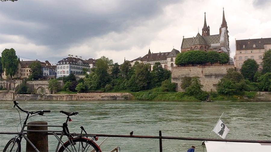 Blick vom 'Kleinbasler' auf das 'Großbasler' Ufer, inklusive dem Wahrzeichen der Stadt: dem Basler Münster.