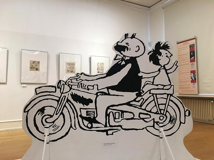'Vater und Sohn' von e.o.plauen als lebensgroße Pappaufsteller auf dem Motorrad - ein echter Hingucker mitten in der Ausstellung.