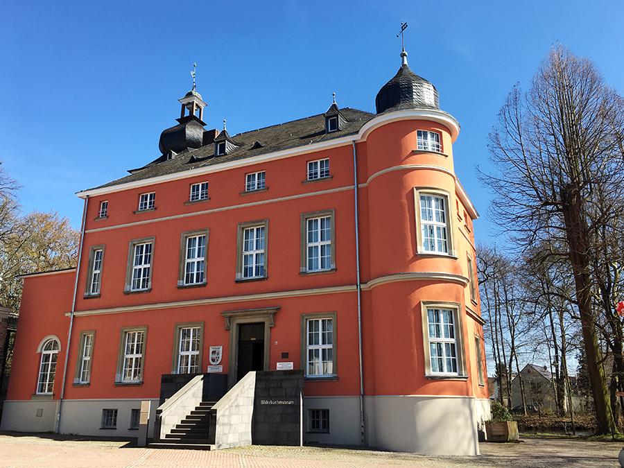 Das ist schon echt mal richtig, richtig schön: Das Herrenhaus der Burg Wissem bei Troisdorf.