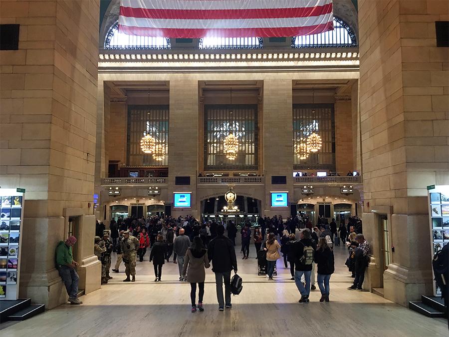 Schon beim Weg hinein erahnt man die imposante Halle.