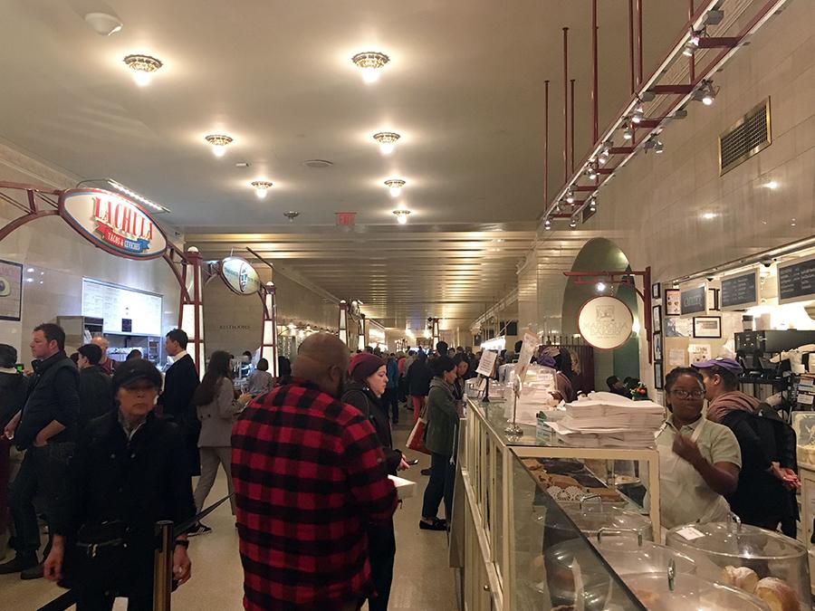 Geschäftiges Treiben hier unten in der Food Hall, ein Delikatessen-Geschäft neben dem anderen, aber auch Fast Food Stände sind vertreten.