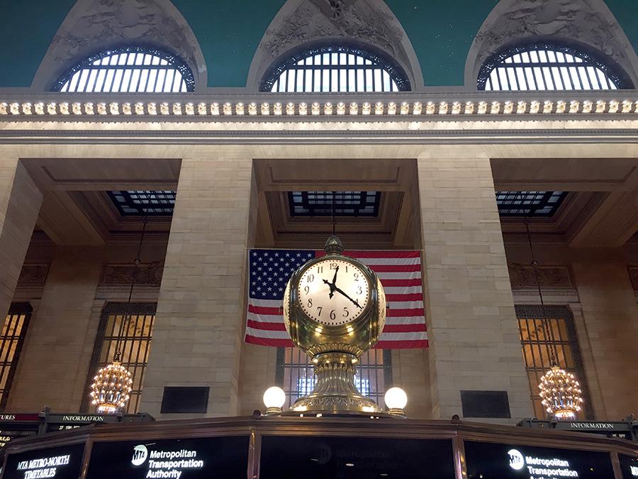 Die Informations-Kabine in der Mitte der Halle mit der berühmten vierseitigen Uhr darauf. Jede der vier Uhrenseiten besteht aus Opalglas und sie soll zwischen 10 und 20 Millionen Dollar wert sein!