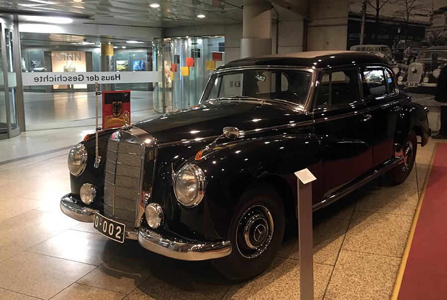 Auch der Dienstwagen von Kanzler Adenauer, natürlich ein Mercedes, steht hier. Oder besser gesagt: die Dienst-Limousine - was für ein Auto!