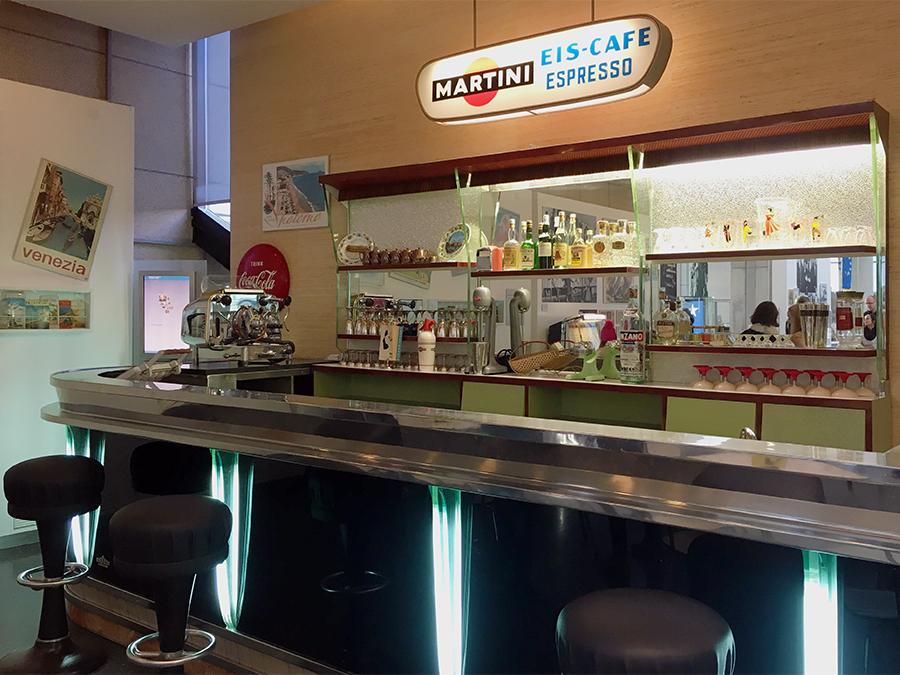 Eine echte Milch-Bar aus einem Eiscafé der 50er Jahre, schon mit Espressomaschine!