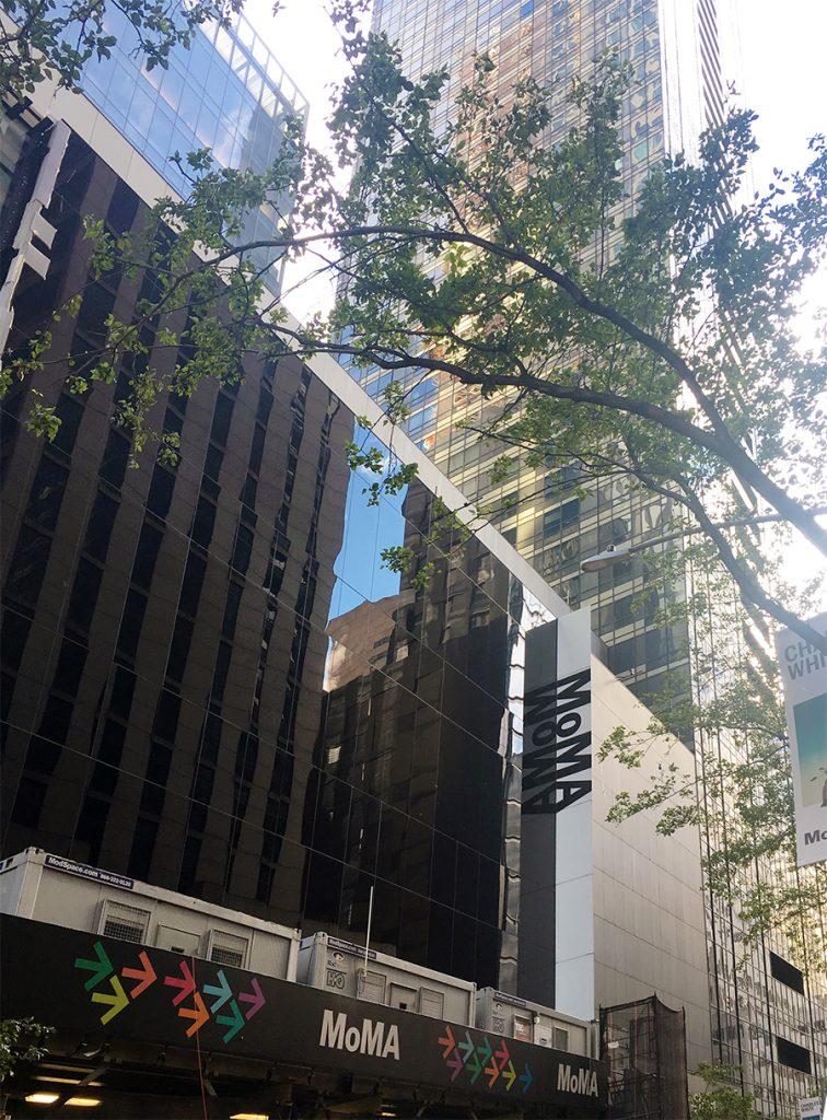Das MoMA, das berühmte Museum of Modern Art in New York, von außen.