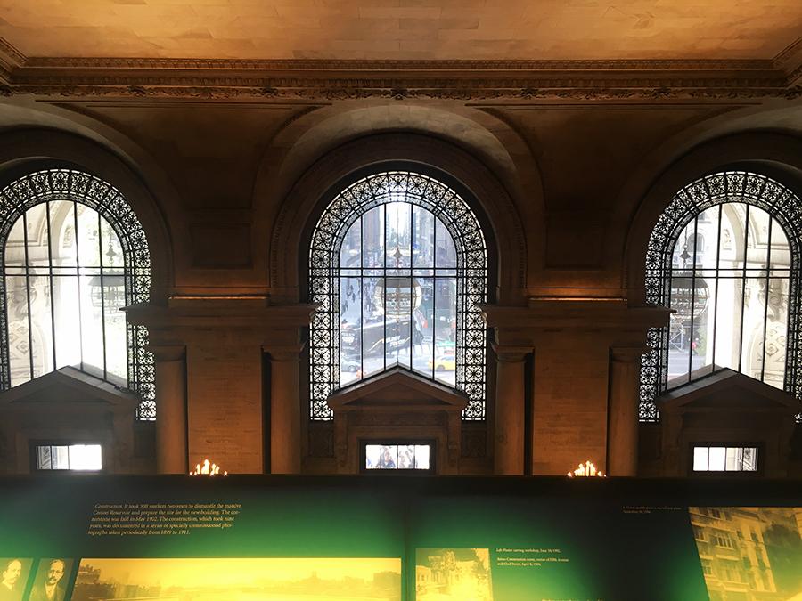 Einmal die Treppe hoch, kann man von oben in das Atrium hinunterschauen oder einfach zu den gegenüberliegenden Fenstern zum Vorhof der New York Public Library.