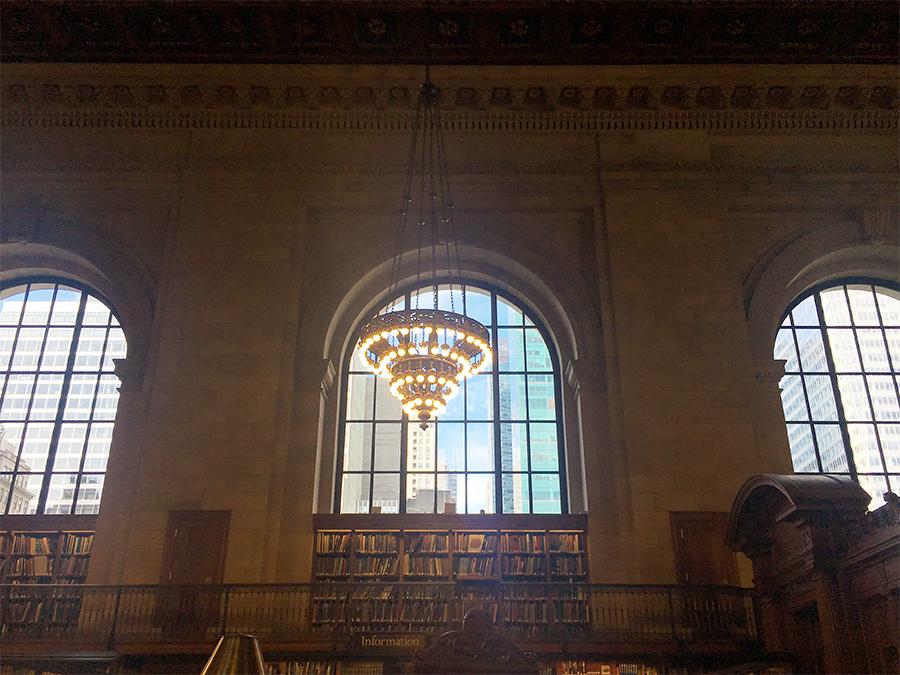 Irgendwie surreal: Drinnen das ehrfürchtige Gemäuer mit unzähligen historischen Büchern und erhabener Ruhe - und der Blick durchs Fenster zeigt draußen schwindelerregende Wolkenkratzer und Großstadt-Trubel im hellen Sonnenschein.
