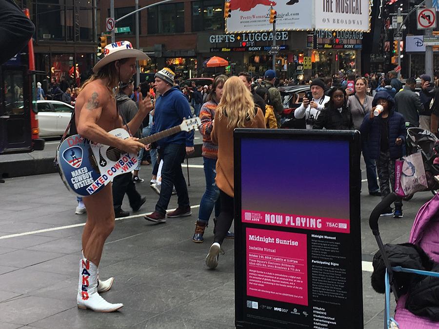 Der 'Naked' Cowboy, mittlerweile eine Ikone, der, so munkelt man, reich geworden ist, indem er seit Jahrzehnten hier mit seiner Gitarre herumsteht.