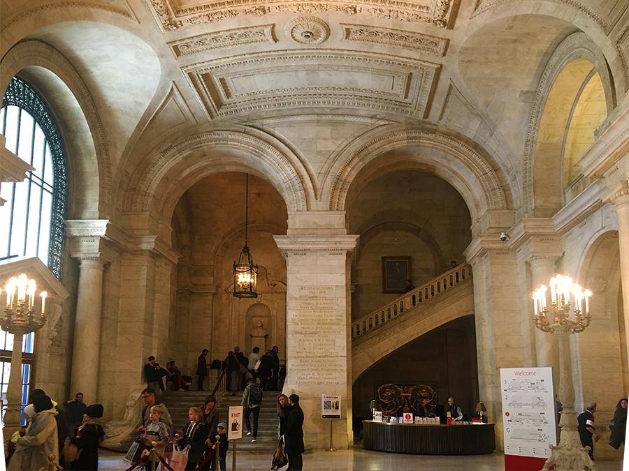 Hat man die Sicherheitskontrolle erfolgreich passiert, kann man sich hier umsehen: in der atemberaubenden Eingangshalle der New York Public Library.