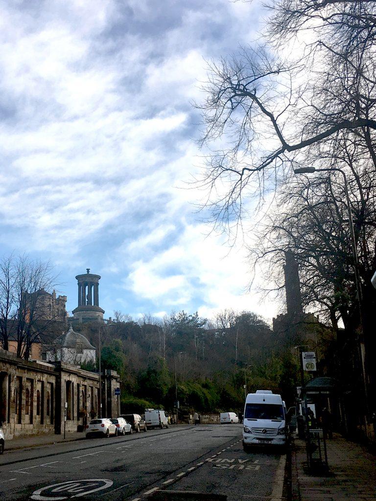 'Calton Hill' mit dem markanten 'Dugald-Stewart-Monument' sieht man auf dem 'Waterloo Place' gehend schon von Weitem.