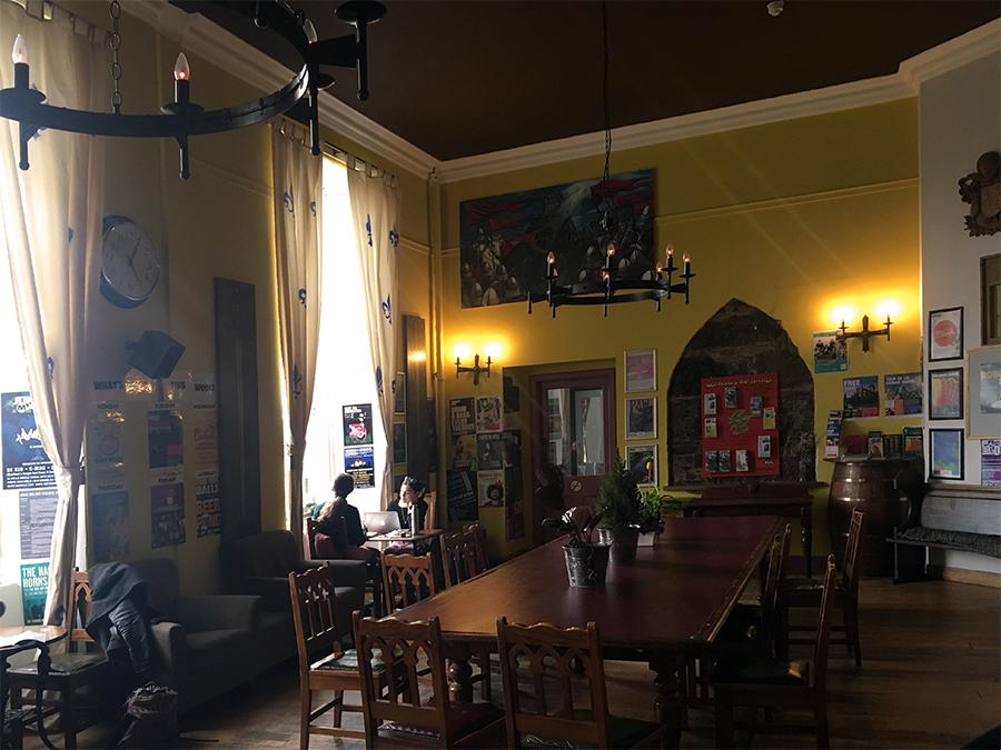 Im großen Aufenthaltsraum fühlt man sich wie in einem Rittersaal.