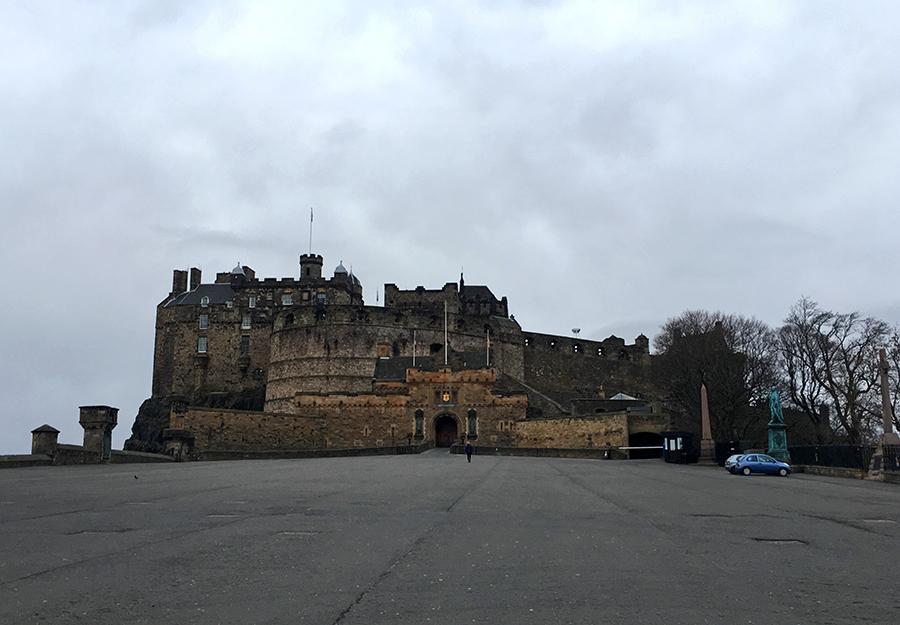 Edinburgh Castle (so leer ist der Vorplatz nur Sonntagmorgens in der Frühe, lange bevor geöffnet wird).