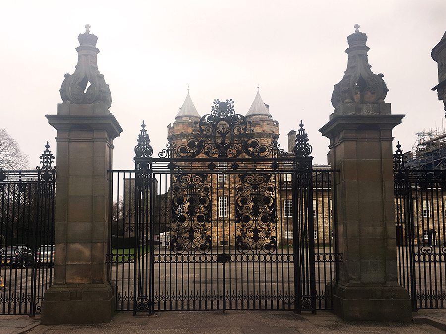Der 'Holyrood Palace'. Offizieller Name: 'Palace of Holyroodhouse'.