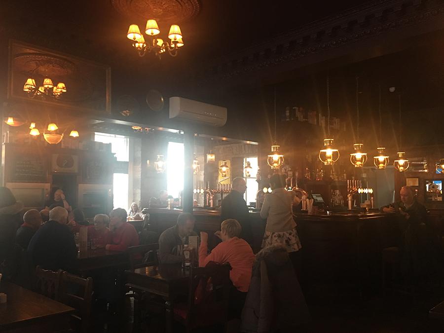 In den gemütlichen Pubs der Stadt kann man auch alleine gut essen - und im Zweifelsfall lernt man hier auch Leute kennen.