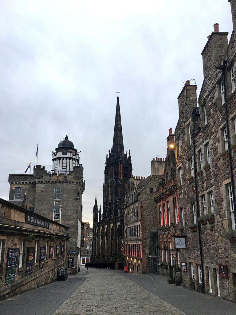 Wunderbar, durch Edinburghs kopfsteingepflasterte Straßen zu schlendern.