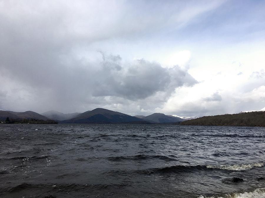 Jetzt stehen wir direkt am Ufer des Loch Lomond.