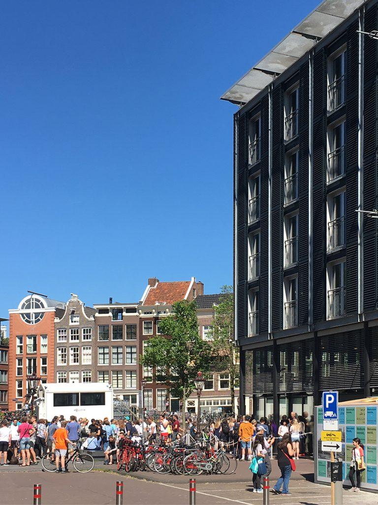 Der Eingang zum 'Anne-Frank-Haus' an der 'Westermarkt 20' (rechts im Bild, das dunkle, moderne Gebäude), bereits mit langer Schlange davor.