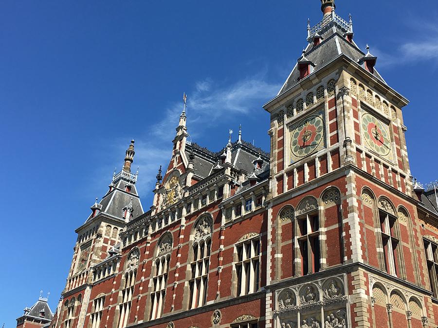 Die 'Centraal Station', das Gebäude des Hauptbahnhofs in Amsterdam, ist alleine schon sehenswert und gehört zu den schönsten Bahnstationen der Welt.