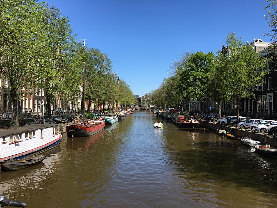 Hausboote gehören fest zum Straßenbild in Amsterdam.