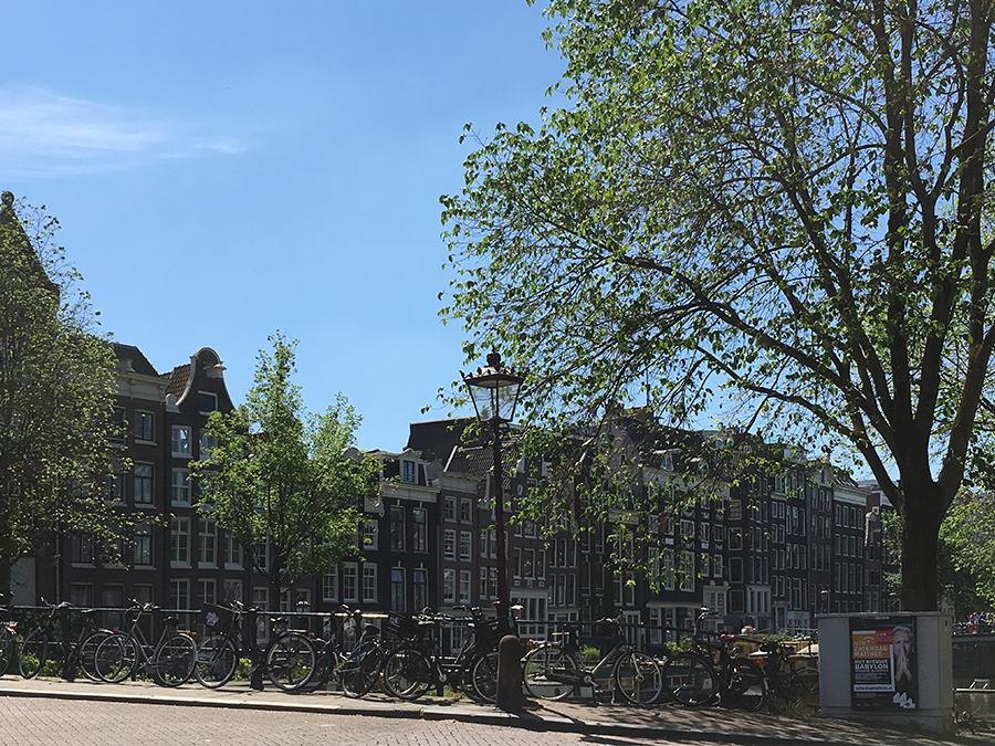 Ebenfalls typisch: Angeblich gibt es in Amsterdam mehr Fahrräder als Einwohner.