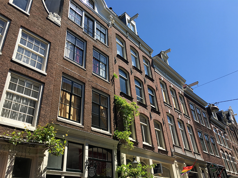 """Die Gebäude hier sind deshalb so schmal, weil es früher eine """"Gebäudesteuer"""" gab, die sich an der Breite der Häuser und Fenster orientierte."""